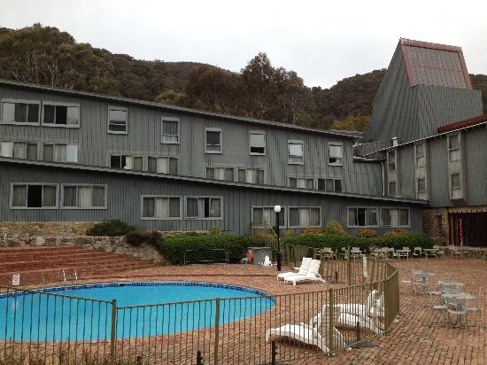 Rydges Thredbo Alpine Hotel: The Thredbo Alpine Hotel and our room was the one on the bottom left with the curtains open