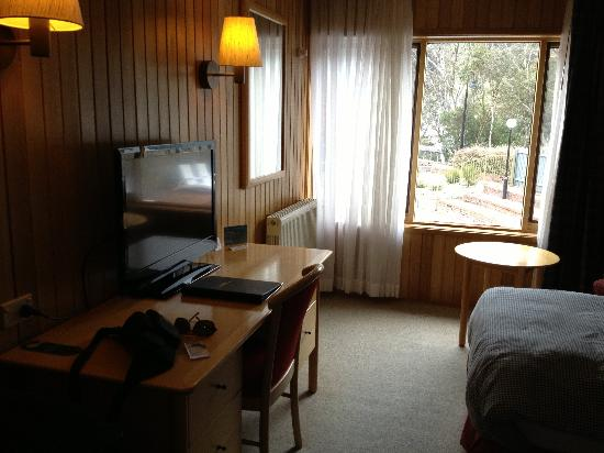 Rydges Thredbo Alpine Hotel: Our twin room - large LCD TV and nice fittings