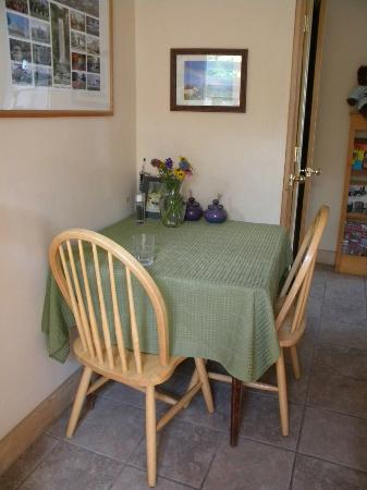 Frogs Way Bed and Breakfast: Kitchen nook