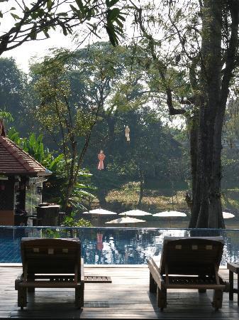 Lanna Dusita: la piscine au bord du fleuve