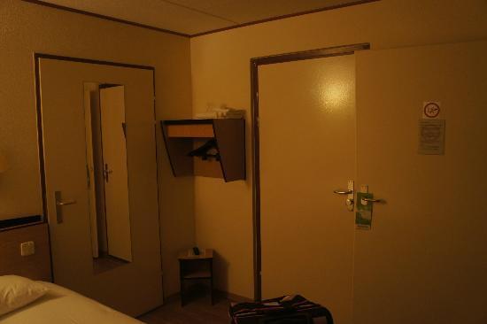 Campanile Venlo: Chambre.