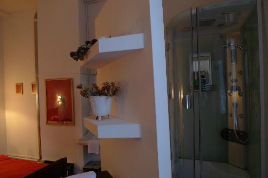 Maison Christina: HAbitación con el baño (ducha y pica, no había váter), que estaba separado por una pared, sin ce