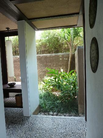 Jeeva Klui Resort: Amra Villa walkway to the bathroom