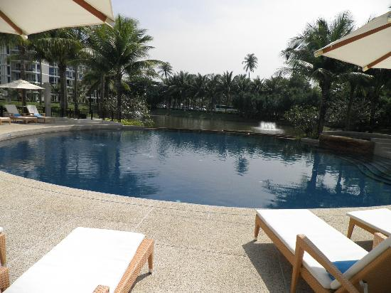 Grand West Sands Resort & Villas Phuket : Pool area