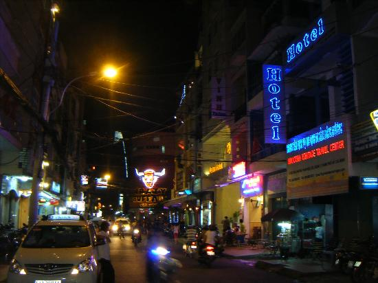 Beautiful Saigon Hotel: THE STREET AT NIGHT ..!