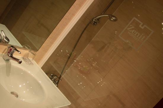Hotel Zenit Borrell: Sink and bathtub