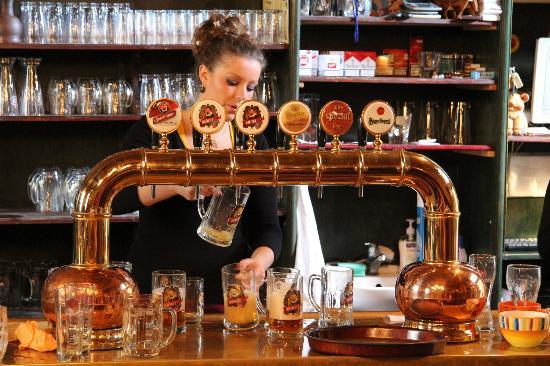 Pivnice Dacicky : За стойкой бара......