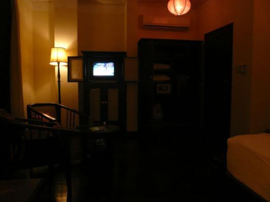 Hotel Khamvongsa: ツインの部屋。TV右となりのクローゼットの中に金庫が設置された。