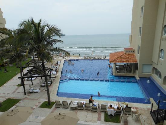 Fiesta Inn Veracruz Boca del Rio: La alberca y la playa vista desde la habitación