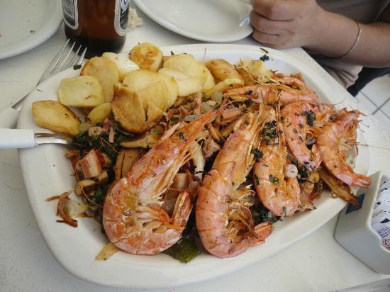 Puerto Gallego: La parrillada en una fuente, es impresionante la cantidad de mariscos que trae