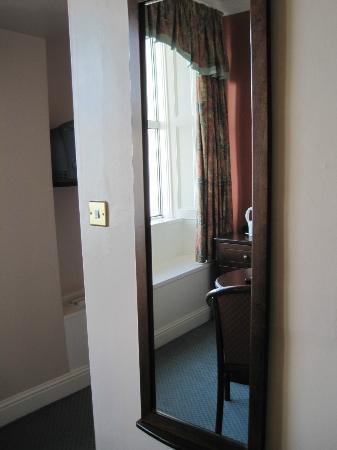 Commodore Hotel: Mirror outside bathroom