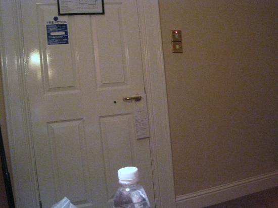 Commodore Hotel: Door close to bed