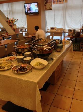 Hotel Toyo Inn Kariya: breakfast area - mostly Japanese but has eggs, bread etc. Plenty of choices.