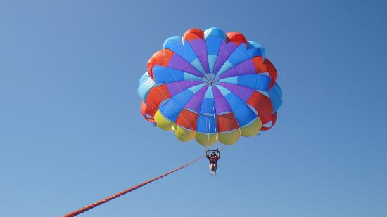Ilocos Region, ฟิลิปปินส์: Try parasailing in hundred islands!