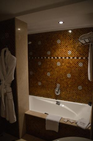 Sofitel Fes Palais Jamai : master bath with large shower