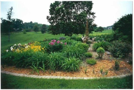 Hidden Lake Bed and Breakfast: One of several flower gardens