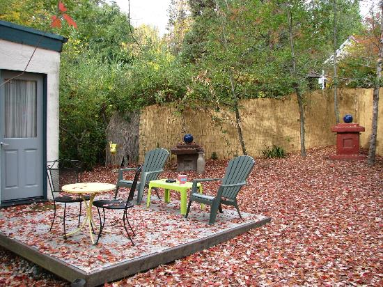 Outside Inn: Patio space...lots of leaves!