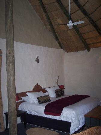 Chrislin African Lodge: Comfy king bed