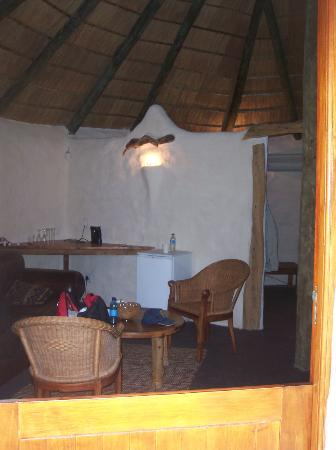 Chrislin African Lodge: Living area; thatched roof
