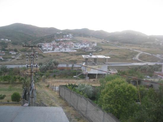 Hotel Viktoria: View of road towards Tirana