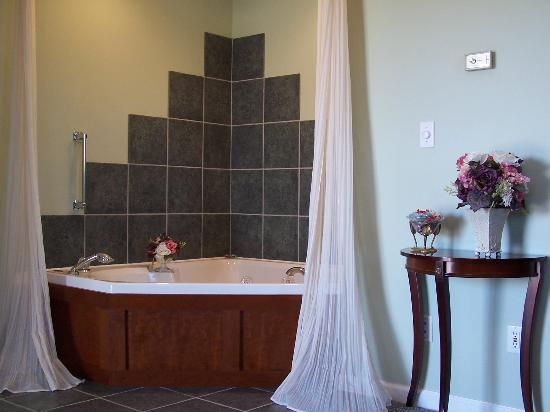 Hidden Lake Bed and Breakfast: Romance Suite Double  Jacuzzi