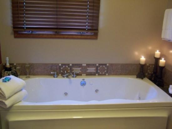 Hidden Lake Bed and Breakfast: Wine Country Double Jacuzzi