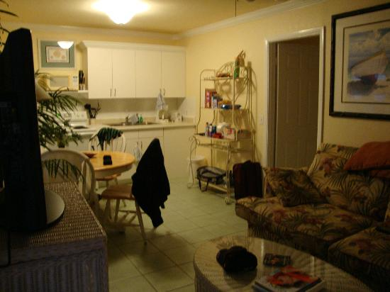 Tradewinds Beach Resort : Living room/kitchen