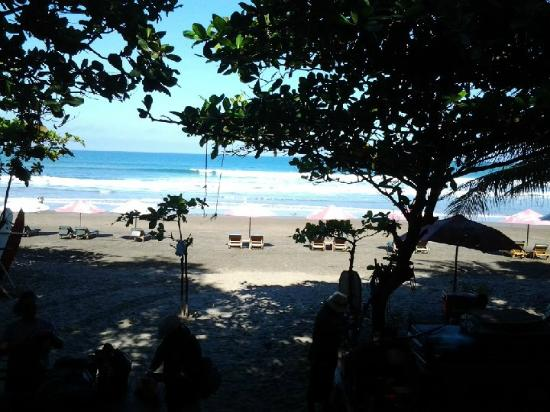 Puri Saron Seminyak: Beach behind motel