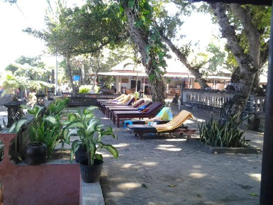 Puri Saron Seminyak: Sunloungers facing beach on back deck