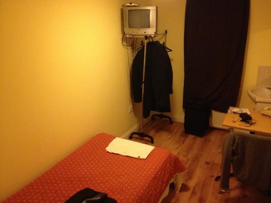 Gresham Hotel: single simple room