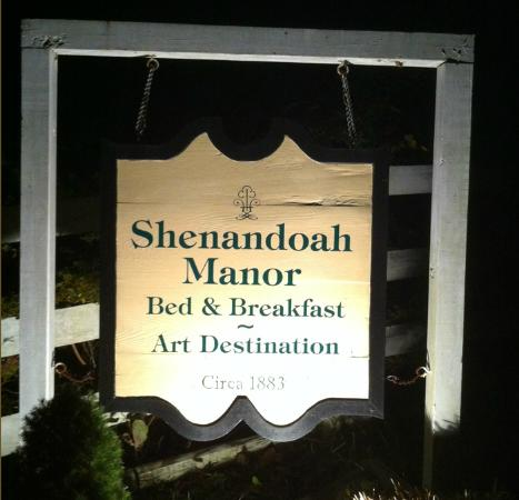Shenandoah Manor Bed and Breakfast: Entrance sign