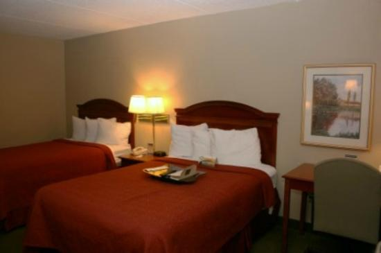 Quality Inn: Double Bed Room with Lap Desk
