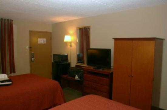 Quality Inn: TV / fridge area