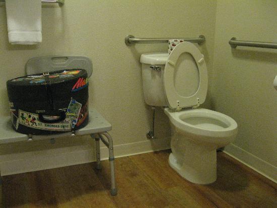 La Quinta Inn Moab: Toilet and bath seat provided