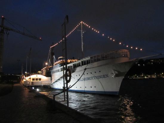 Malardrottningen Yacht Hotel and Restaurant: hotel at night