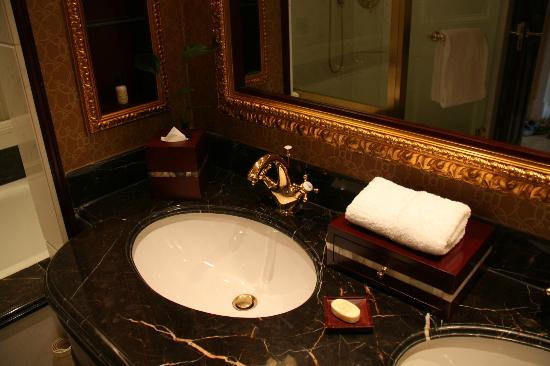 Grand Central Hotel Shanghai: Bathroom mostly coated with gold color