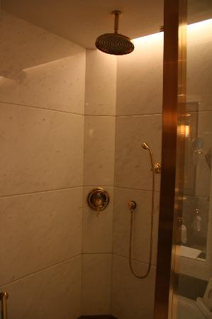 Grand Central Hotel Shanghai: Raining shower heads..and gold