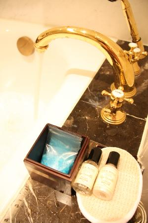 Grand Central Hotel Shanghai: bath tub with sea salts and scrubs