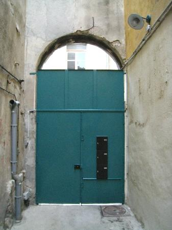 Les Chambres d'Hotes du Port de Marseille : 1st locked gate - view from inside