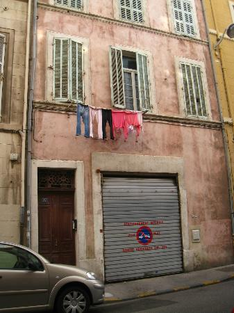 Les Chambres d'Hotes du Port de Marseille : Garage but there isn't space to park. Public parking is right across the street for 22 euro a d