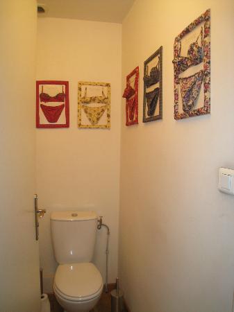 Les Chambres d'Hotes du Port de Marseille : Toilet is separate from bathroom. Inconvenient but manageable.