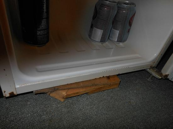 Cove Motel: shim up the rusted fridge