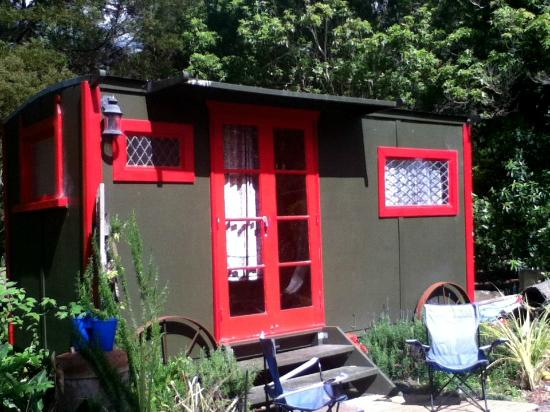 Pagoda Lodge: Red gypsy caravans