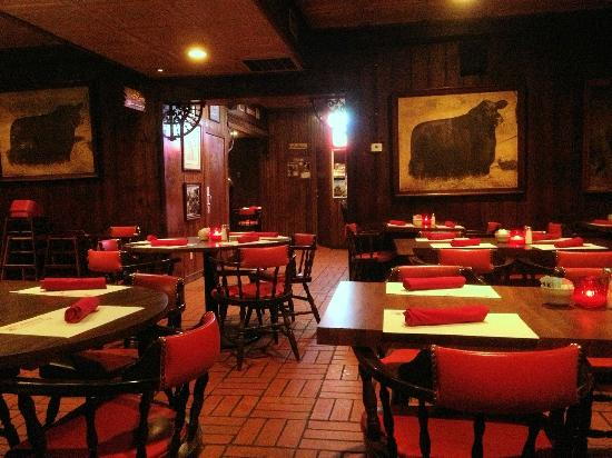 Cattlemen's Fort Worth Steak House: Traditional clubhouse decor in one of their dining rooms.