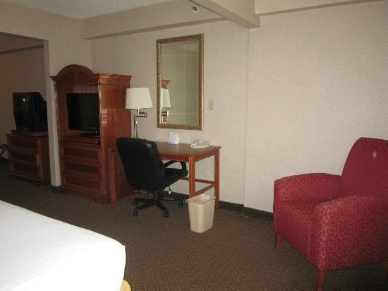 Quality Inn & Suites Oceanside: Desk/TV