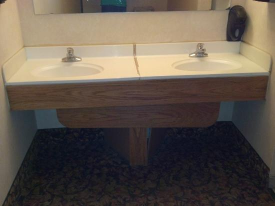 Ramada Denver Midtown: Broken sinks in the public areas