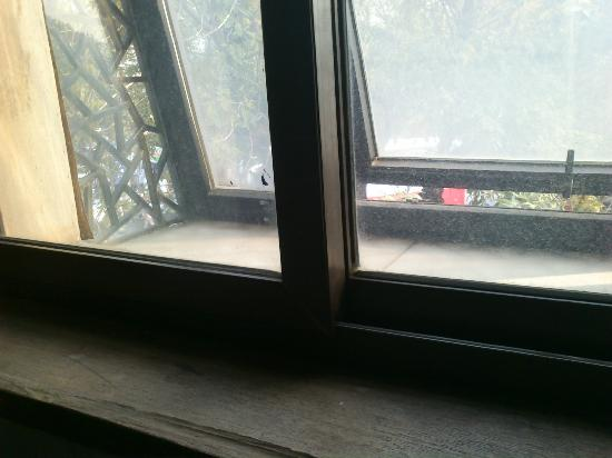 Jiaolou Business Hotel: Грязные окна... не открываются