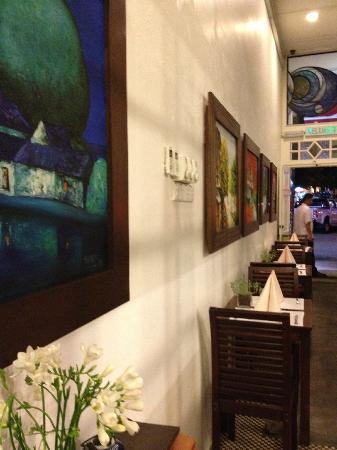 The Sire Museum Restaurant: Wall full with paintings