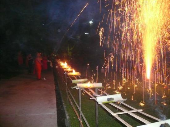 メコン川 公園, 河原近くの寺で僧侶に寄るロイカトーンセレモニー