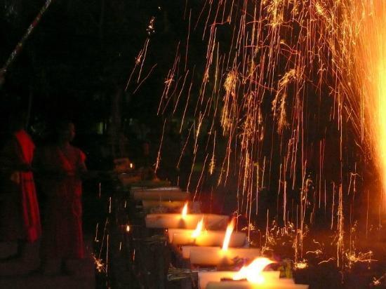 Mekong Riverside Park: 僧侶に寄るロイカトーンセレモニー無料で見学出来ます